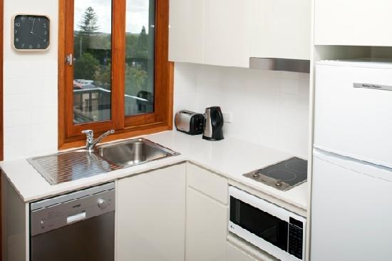 Quiksilver Apartments: Small but well equipped kitchen
