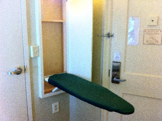Jefferson Clinton Hotel: Ironing Board in the Euro Room