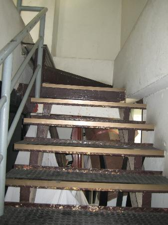 White Palace Bangkok: Staircase to swimming pool.. So much junk under the staircase. Fire Hazard.