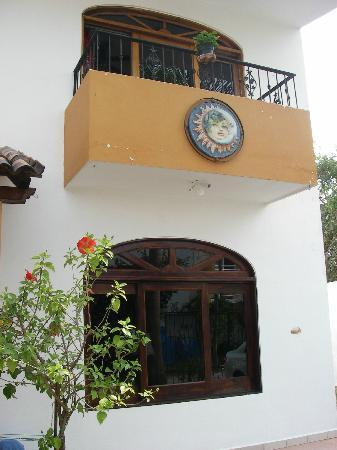 Casa Luna Azul Bed and Breakfast: Balcony at Front