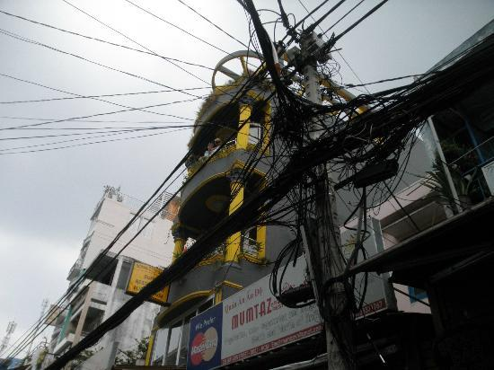 Royal Saigon Restaurant &amp; Luesthouse: Kabel-Wirr-Warr direkt vor dem Luesthouse