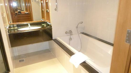 Imperial River House Resort: Bathroom- Bathtub
