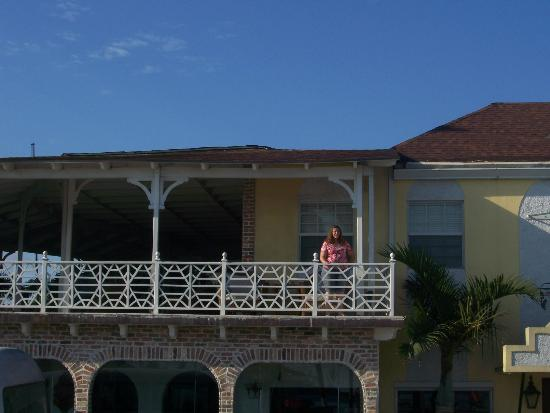 El Greco Hotel: Balcony viewed from street level