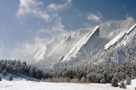 Boulder, Колорадо: The flatirons in the snow. Photo credit: Stephen Collector