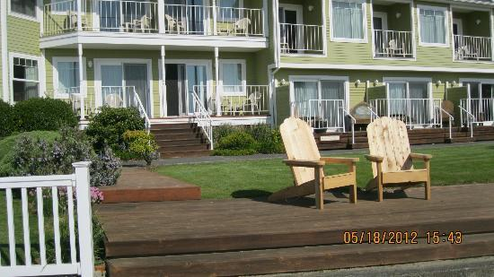 Inn of the Four Winds: Patio and front of the hotel- ocean is right behind me!