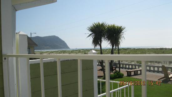 Inn of the Four Winds: view of the ocean and front yard from our veranda
