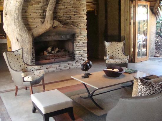 Kapama River Lodge: Fireplace in dinning area