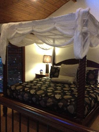 Escarpment Retreat: Four poster bed