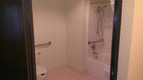 Baymont Inn Grand Rapids N/Walker: toilet/handicap tub