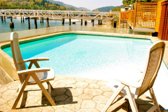 Mainstay Oasis Bed and Breakfast: Lounging by the pool