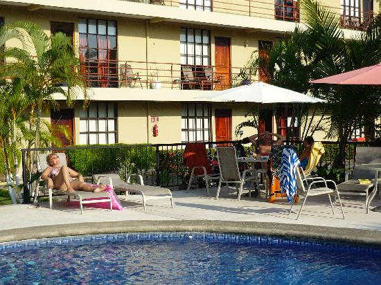 Condominiums Suenos del Paraiso: Pool and Building