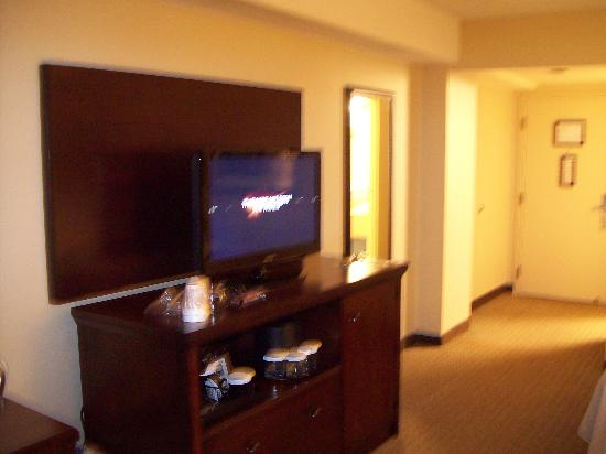Wyndham Pittsburgh University Center: double room tv and coffee station