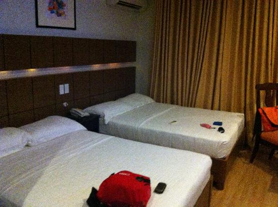 The Pinnacle Hotel & Suites: 2 Queen size bed on a standard room ain't so bad but this particular room is really dirty.