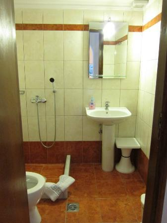 Markakis Studios Fira: small bathroom but kept clean