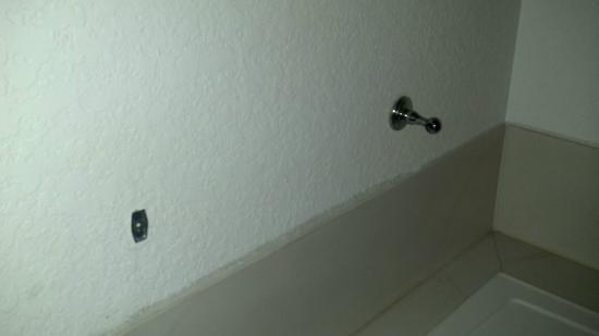 Comfort Inn Lehigh Valley West: Broken towel bar by jacuzzi.