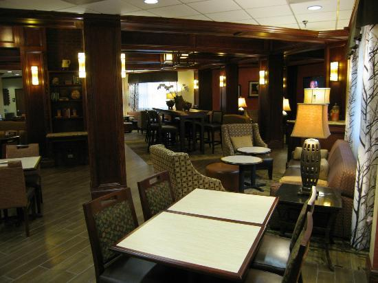 Hampton Inn &amp; Suites Pigeon Forge On The Parkway: Large tables to eat or relax