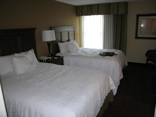 Hampton Inn &amp; Suites Pigeon Forge On The Parkway: Separate bedroom with 2 queen beds