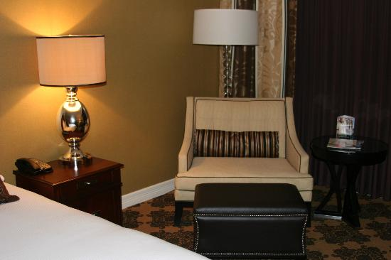 Omni Houston Hotel: Seating in room