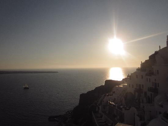 Oia Mare Villas: View of the hotel at sunset