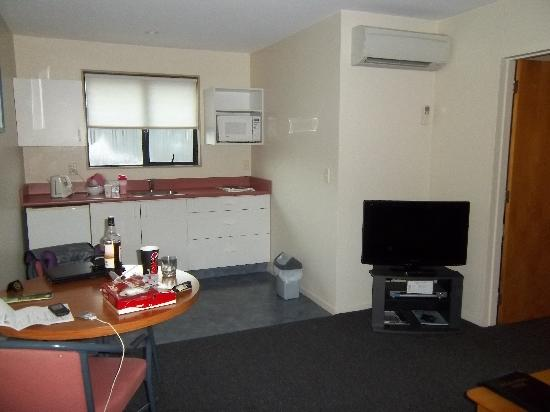 Aston Court Motel: from the door looking towards kitchen. bed and bath to the right