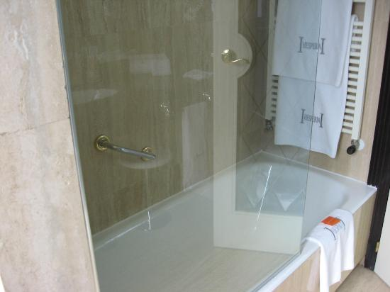 Hesperia Madrid: Shower tub