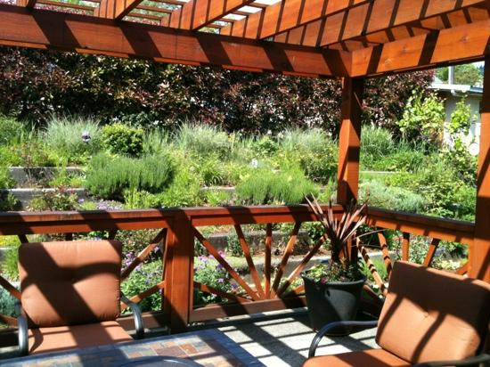 Inn of the White Salmon: Enjoy the deck and garden!