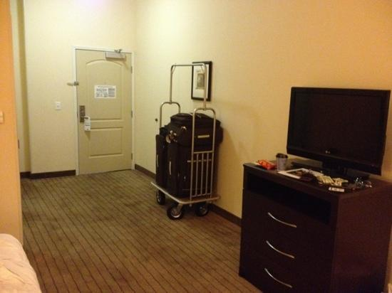 Holiday Inn Express Clovis Fresno Area: Large room lacking essentials