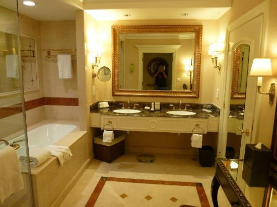Royal suite bathroom picture of the venetian macao for Venetian hotel bathroom photos