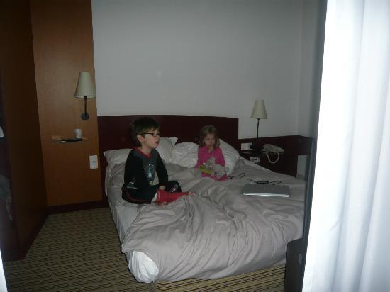 Suite Novotel Calais Coquelles Tunnel sous La Manche : Kids watching a movie!
