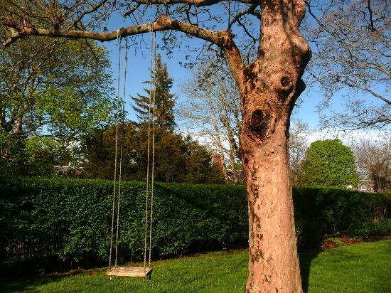 Chatham Gables Inn: Lovely swing