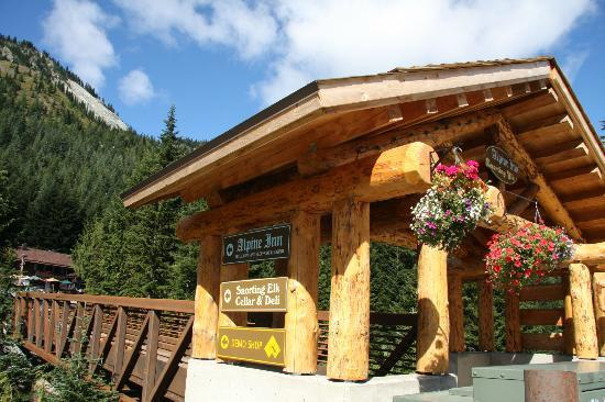 Crystal Mountain Hotels Alpine Inn: entrance to hotel and restaurant