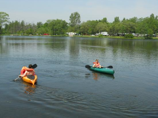 Indian Trails Campground: kayaking on the lake