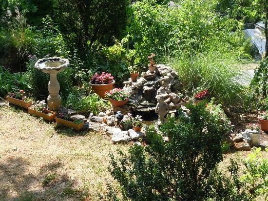 1881 Crescent Cottage Inn: Garden/Waterfall