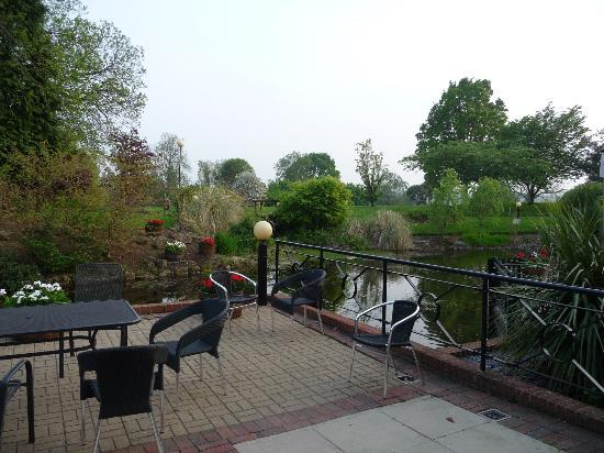 Tudor Park, a Marriott Hotel & Country Club: Back terrace area