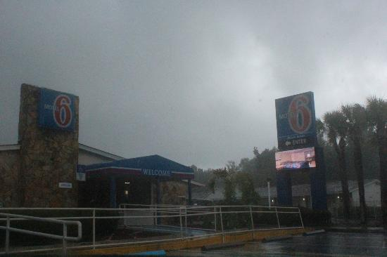 Motel 6 Jacksonville Southeast: See a wonderful port in a storm