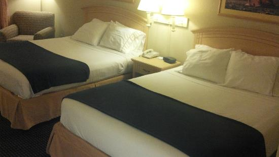 Holiday Inn Express Superior: QQ with lots of good pillows but firmer than I like beds