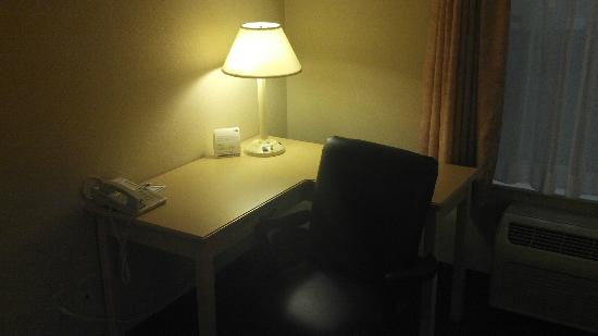 Holiday Inn Express Superior: Wraparound work desk. Spacious