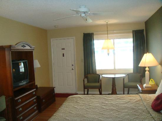 Point Pleasant Manor: King Room- Lots of sun and spacious