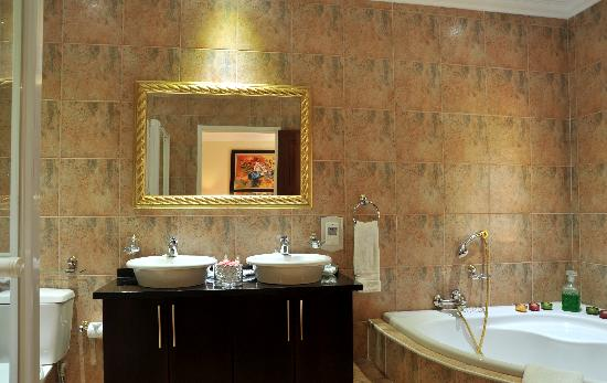 Gallo Manor Lodge: Luxury En-suite bathroom