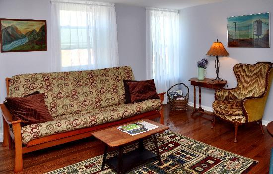 Rondout Inn: Esopus Suite Living Room