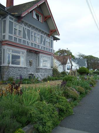 Dashwood Manor Seaside Bed and Breakfast: Dashwood inn flowers and buidling.