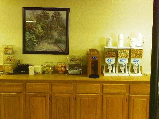 Red Roof Inn Branson: Breakfast Bar