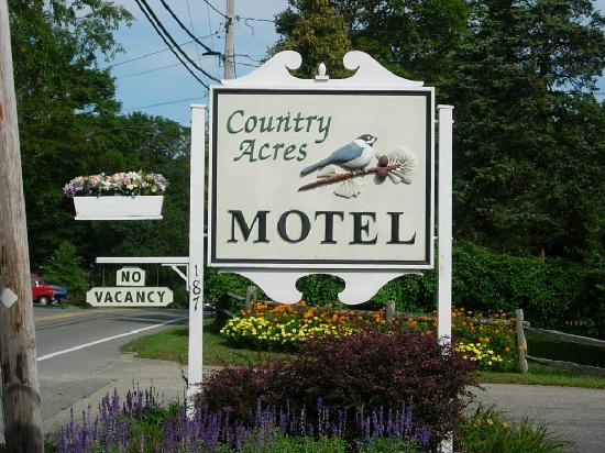 Country Acres Motel: Entrance and sign.