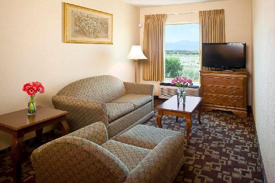 Hampton Inn & Suites - Palm Desert: Suite Living Room