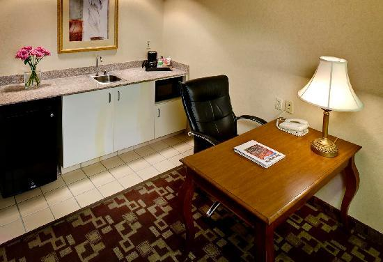 Hampton Inn & Suites - Palm Desert: 1-Bedroom Suite Wet Bar