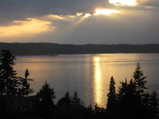 Olympic View Bed and Breakfast Cottage: Another gorgeous sunset from our balcony
