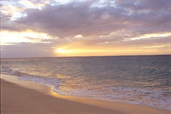 Molokai, HI: Papohaku Beach County Park/At the quiet beach where only the sound of waves can be heard, breath