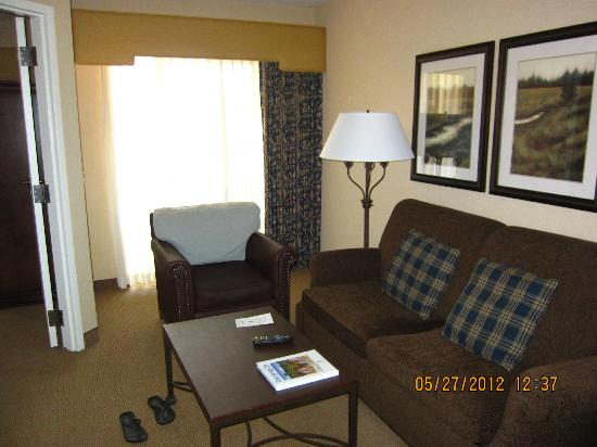 Embassy Suites La Quinta Hotel &amp; Spa: looking through living room to slider