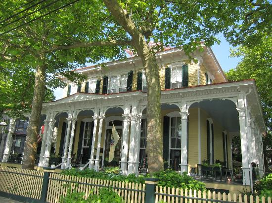 Mainstay Inn and Cottage: Mainstay Inn facing Columbia Avenue in Cape May, NJ