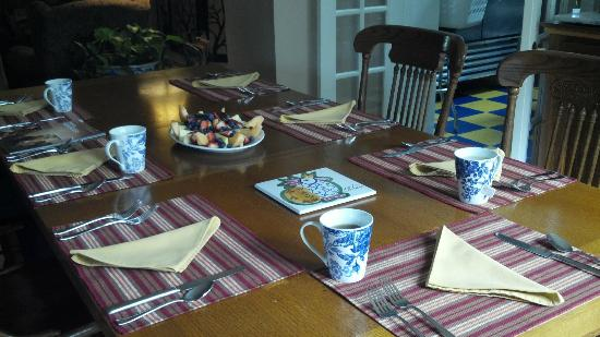Blue Moon Bed and Breakfast: Breakfast table set with delicious fresh fruit